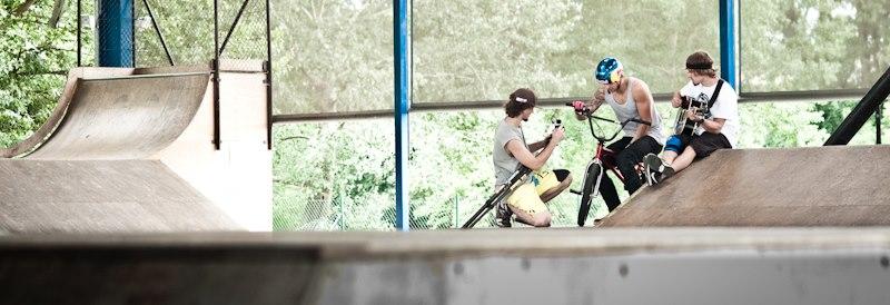 Team Zabil.cz při natáčení v pardubickém skateparku