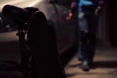 Ano, tento kluk je slepý a ano, on jezdí na skateboardu