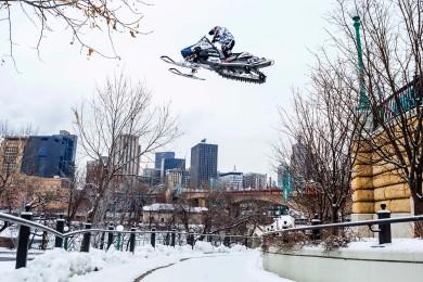 Levi LaVallee si dal menší projížďku po městě na sněžném skútru
