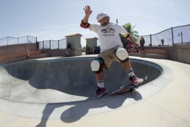 51 let a stále řádí na skateboardu