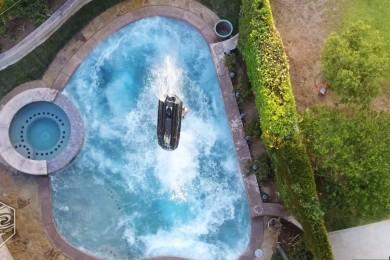 Mark Gomez to zabil na skútru v malém bazénku